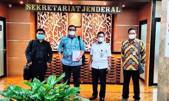 Ketua Umum Dewan Pengurus Pusat (DPP) Asosiasi Petani Kelapa Sawit Indonesia (APKASINDO) Gulat Medali Emas Manurungmenggutus Tim DPP APKASINDO yang dipimpin Sekretaris Jenderal DPP APKASINDO Rino Afrino (kedua dari kiri) untuk melakukan audiensi ke pucuk pimpinan Kementerian Lingkungan Hidup dan Kehutanan (KLHK) guna membahas aspirasi serta poin-poin keberatan Petani Sawit atas beberapa pasal yang tertuang dalam Rancangan Peraturan Pemerintah (RPP) dari Undang-Undang Cipta Kerja (UUCK). Foto: APKASINDO